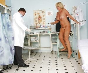 Comme ci mature mom with flabby bountiful ass gets examed by gyno