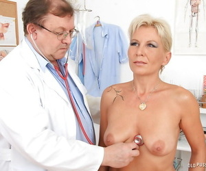 Dirty-minded mature lady enjoys a sensual gyno examination