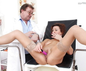 Fuckable mature descendant gets examed overwrought a inclement gyno doctor