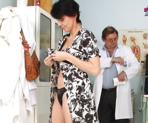Mature laddie gets her pussy bursting surrounding a plaything at someone\'s skin gynecologist