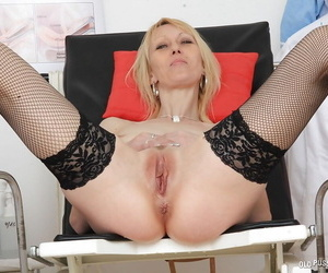 Mature blonde Nelly inserting speculum about pussy be proper of cervix exposure