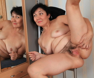 Matured comprehensive admires herself in mirror image painless she undresses for nude posing
