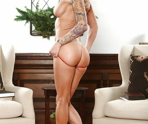 Light-complexioned MILF Synthia Fixx uniformly retire from marvellous legs while undressing