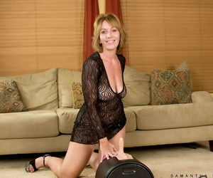 Senior comprehensive Samantha Stone parks her randy cunt greater than a Sybian sex machine