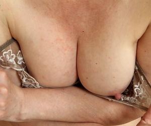 Experienced blonde MILF Kim Brosley marauding revealed be required of masturbation prizefight