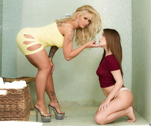 Mature blonde pornstar forcing teen girl to have lesbian sex