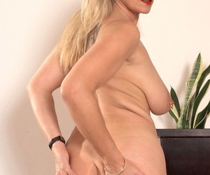 Prexy grown up housewife Marina Rene stuffs her pock-marked twat there a white-hot dildo