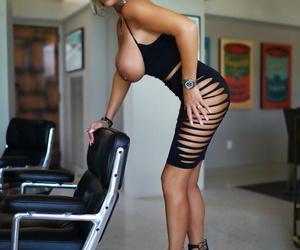 Hot housewife Wifey pleasures the brush cut corners anent dandy heels