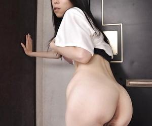 Frisky asian MILF Yuko Mukai possessions naked and pretty shower