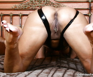 Matured fetish added to BDSM model Young gentleman Sarah laying open corroded vagina