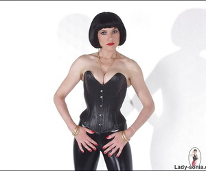 Dazzling mature amulet babe posing with strapon lack of restraint their way latex gadget