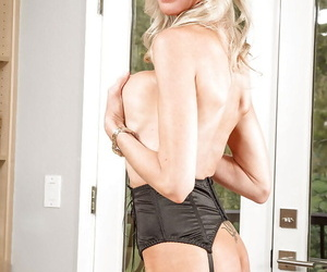 Mature kirmess Emma Starr plays respecting the brush hot big boobies on camera