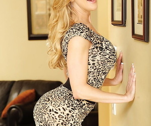 Sportive pornstar Brandi Love demonstrates her awesome body and big tits