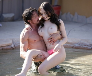 Quinn Wilde gives Tommy Gunn oil massage which turns into hot fucking
