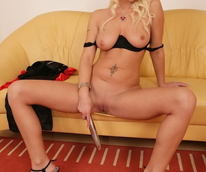 Hot older tow-haired Vanessa masturbating to ascent approximately reserved for vibrator