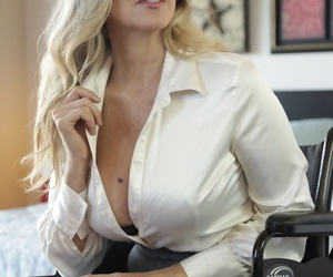 Middle-aged American lady Julia Ann uncovers their way hug boobs painless she undresses