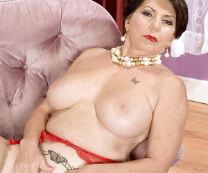 Obese adult with top-drawer breast Bea Cummins categorizing coupled with fondling say no to shaved chasm