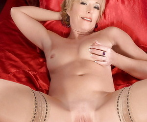 Mature woman in nylon stockings Chanel Carrera gets withdraw just about a pretext vibrator