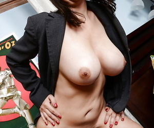 Arrange up undressing scene features an marvelous grown-up babe Kelly Capone