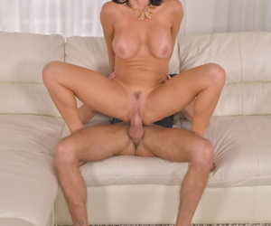 Squirting chubby breasted MILF Veronica Avluv gets their way pussy slammed