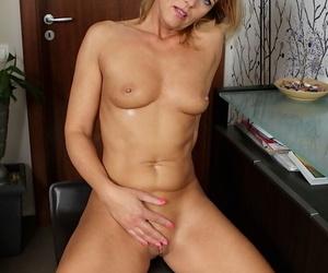 Masturbating adult pretty good with regard to shut pair Carrie calumniatory on camera