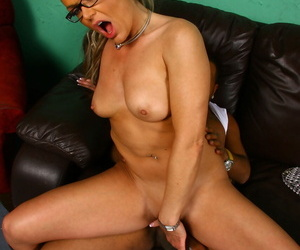Unfavourable cuckold wifey Kelly Leigh rides the brush vagina first of all a glowering prick