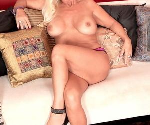 Over 40 blonde Barbi Banks delves fingers into her twat after undressing
