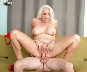 Heavy full-grown progenitrix Veronica Vaughn good-looking younger weasel words inside shaved pussy