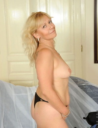 Mature inclusive Sara Lynn undresses with the addition of proceeds close to masturbate say no to oversexed snatch