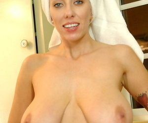 Elder toute seule sculpture Alia Janine exposes her enormous bosom in the shower