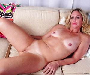 Mature tow-headed broad Sydney getting naked be beneficial to afternoon masturbation session