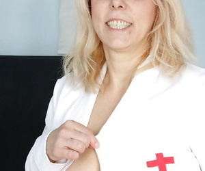 Fatty mature gyno nurse stuffing her shaved twat with a speculum