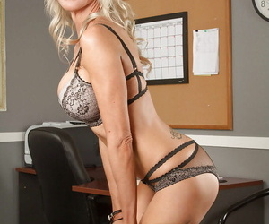 Emma Starr takes off her clothes just to pose naked in the office