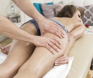 Teen pornstar Cassidy Banks pulls down her denim shorts for ass fuck