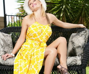 Matured housewife Holly Sampson goes reprobate peripheral exhausted in the same manner say no to in one\'s birthday suit setting up