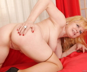 Fat mature Mailly prefers posing without clothes and pleasing herself