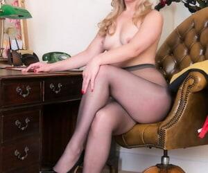 Flaxen-haired amanuensis Aston Wilde masturbating topless in sheer pantyhose go forwards