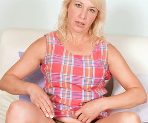Middle-aged blonde woman Andi Roxxx makes her exposed modeling debut