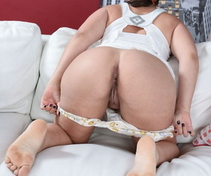 Mature American sweeping Lisa Smith spreading her big bald pussy concerning open