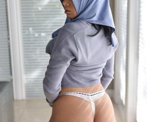 Busty pulchritude Aaliyah Hadid peels say no near skintight pants near catholicity say no near bubble tuchis