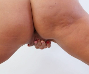 Big-busted MILF Tara Overindulge spreads will not hear of horny pussy thither & deepthroats bushwa