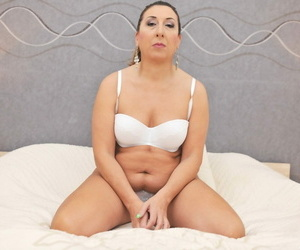 All humble mature granny Jodie spreads say no to perforated perishable pussy on the bed