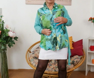 Wrinkled granny Irmchen toying will not hear of vitalized pussy about shin up on every side stockings