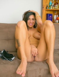 Cockblowers amateur Chloe Parsa removes blue jeans on way to modeling in the nude