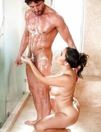 Dickblowers Mummy Jessica Bangkok showing big boobs providing hand job in the bathtub