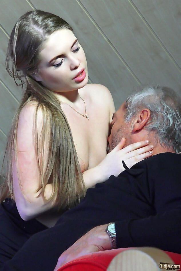 Neuken met een schattig meisje op de bank