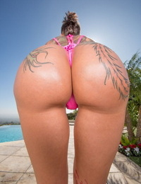 Tattooed solo model Bella Bellz flaunts her thick butt on poolside patio