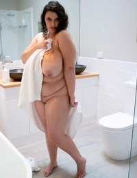 Obese girl Rose Blush gets allegiance nude before getting in bathtub