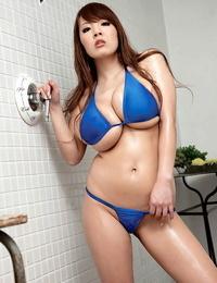 Asian bikini model Hitomi sets her giants knockers pearl juice in solo activity