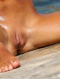 Nudeist slut Mango A stretching legs & masturbating moist cunt at the beach